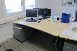 Büroschreibtisch, höhenverstellbar mit PC-Halterung und Kabelkanal